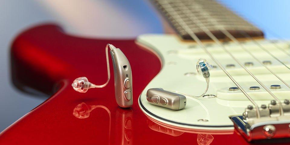 Audífono Bernafon Viron encima de una guitarra eléctrica